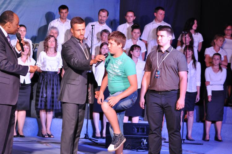 У 13-и летнего мальчика Давида, с 10-и лет были шишки на пятках. Во время молитвы он почувствовал жжение, после чего боль в ногах ушла и шишки исчезли.