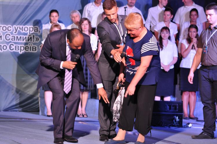 Оксана три месяца назад поломала ногу. Во время молитвы женщина была исцелена. Боль ушла.