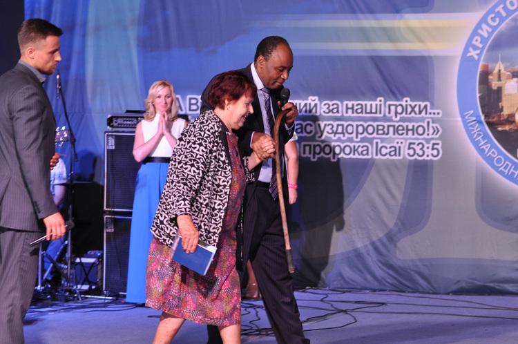 Пенсионерка Екатерина Васильевна страдала от сильных болей в ноге и ходила с палочкой. Во время молитвы женщина была исцелена. Боль ушла.