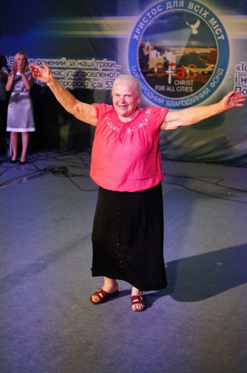 Lady had pain in her knees for seven  years and she couldn`t walk without pain. God healed her miraculously and she danced on the stage.