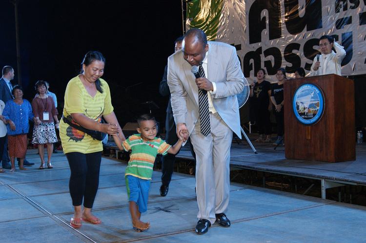 Этот мальчик никогда в жизни не ходил! Он лежал на стадионе, и во время проповеди сказал своей маме, что хочет ходить. Он встал и пошел, Бог исцелил его!