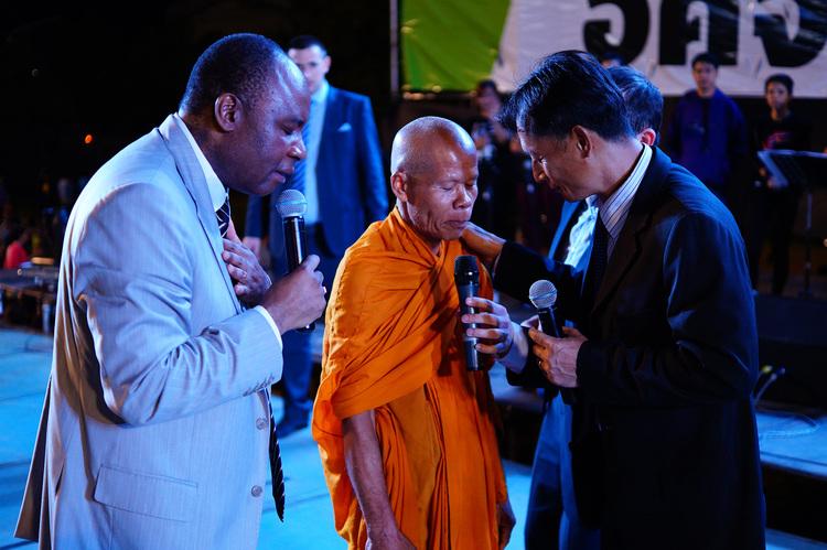 Этот буддистский монах  вышел на сцену специально для того, чтобы принять Иисуса как Своего Спасителя!
