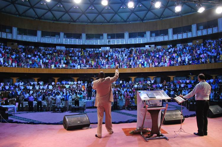 Prayer at the end of the second service of Glory Filled Pakistan conference, day 2