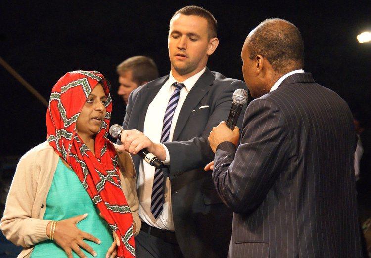 Эта женщина 1,5 года страдала от рака желудка, была сильная боль. Во время молитвы боль полностью ушла! Бог исцелил ее!