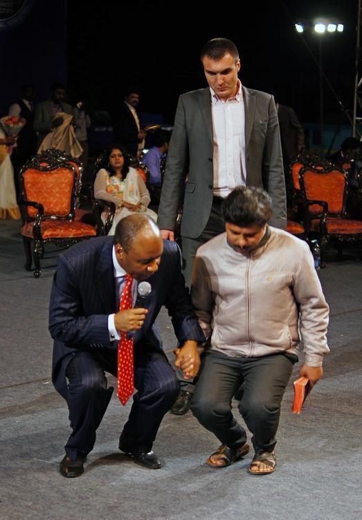 Этот мужчина в течении 6 лет не мог сгибать ногу в колене, не мог стоять нормально из-за этого. После молитвы он начал свободно сгибать ногу!