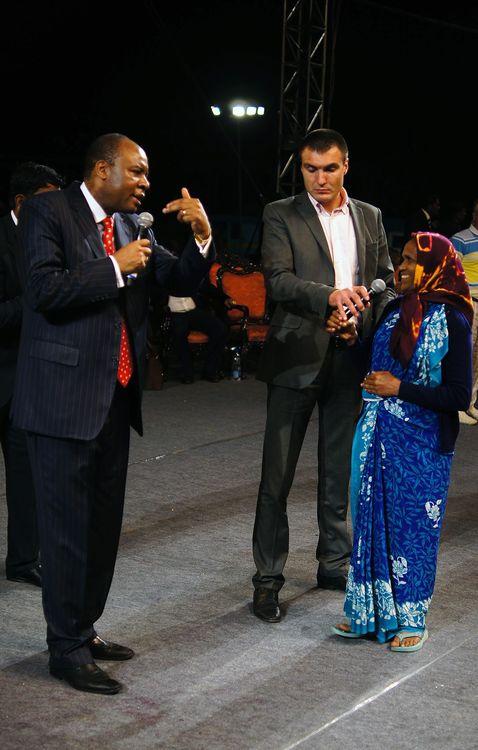 Эта женщина не могла четко видеть и была боль в правой ноге на протяжении 3 лет. Во время молитвы Бог исцелил ее – она начала четко видеть и боль ушла!