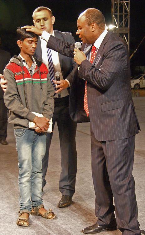 У этого парня была боль в спине, во время молитвы Бог коснулся его и он получил исцеление!