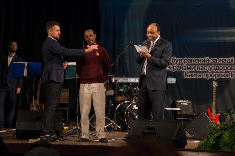 Пастор Генри знакомит жителей Кропивницкого с пасторами их города.