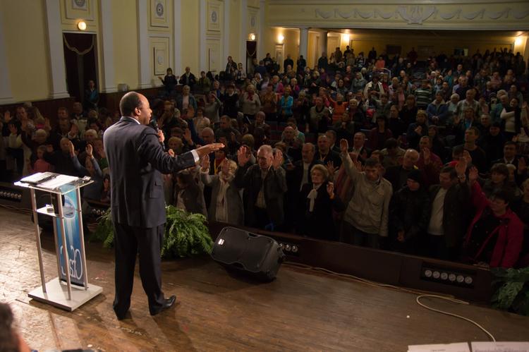 Десятки людей отдают свои жизни Иисусу Христу! Слава Иисусу!