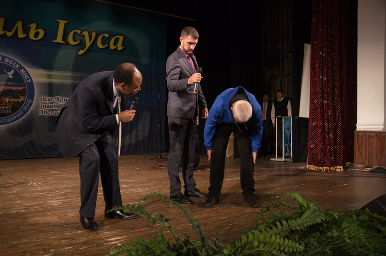 Igor felt pain in his back for over 5 years. After Holy Spirit touched him, he was completely healed!