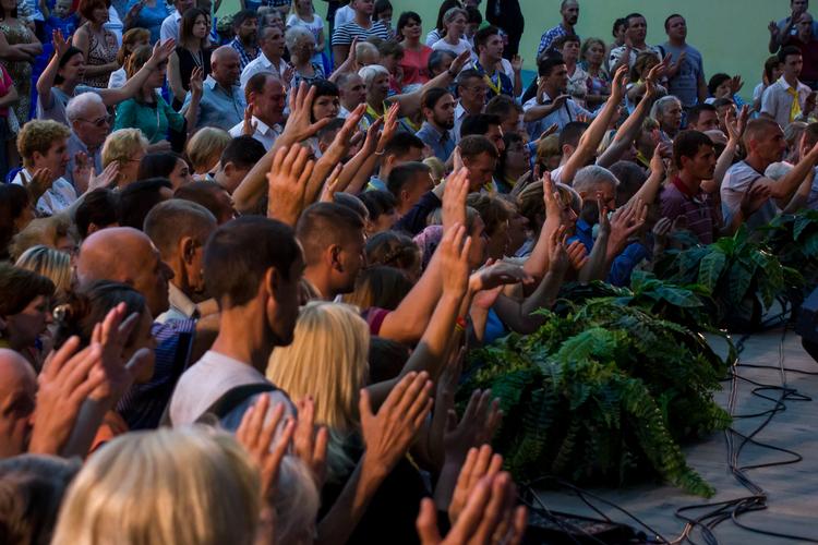 Десятки людей приняли Иисуса как своего Спасителя!
