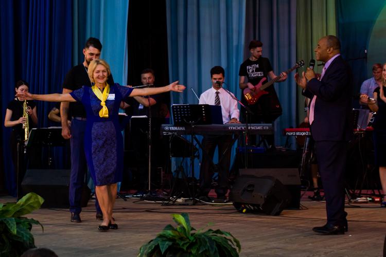 Ангелина из-за варикоза не могла ходить, пальцы на обеих ногах не двигались. Теперь она танцует от радости! Иисус исцелил ее!