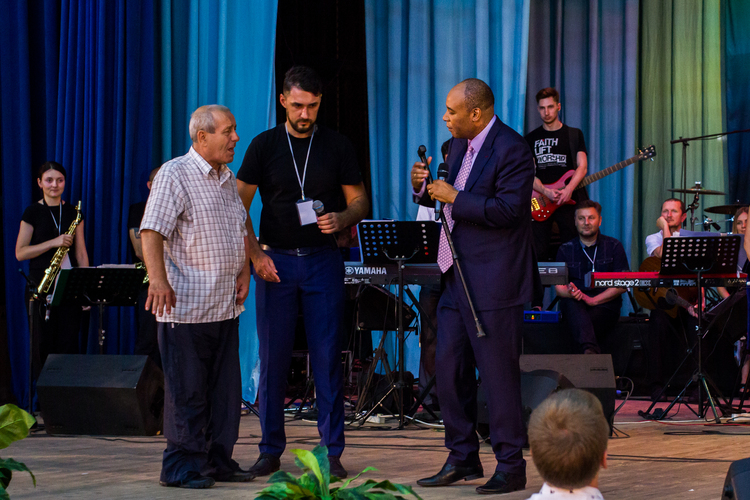 Иван в 1978 году получил травму в армии и повредил глаза. Во время молитвы стал хорошо видеть и ходить без палочки!