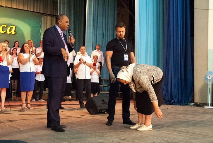 This woman had a strong pain in her back because of 4 hernias, for this reason she couldn't bend over. But after the prayer she can move her body freely!