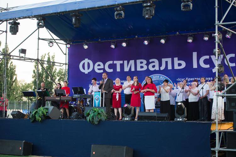 Pastor Henry Madava welcomes visitors of Jesus Festival in Mykolaiv