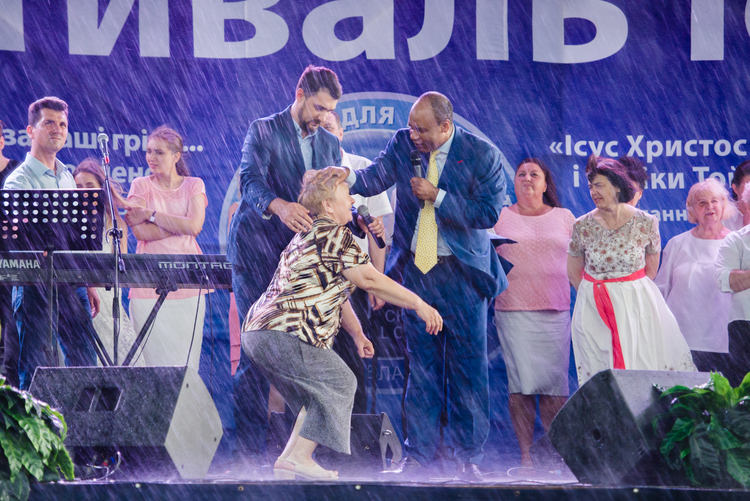 Zinaida Fedorivna had a pain in her knee, but now she is healed, no pain anymore!