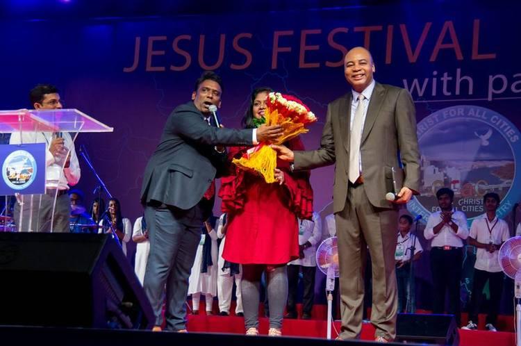Пастор Соломон и вся команда из Индии приветствует Пастора Генри на открытии Фестиваля Иисуса