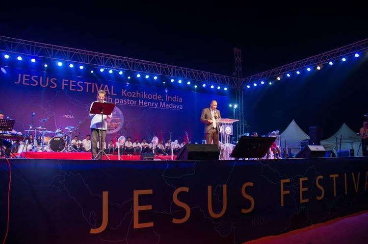 Поскольку действие Фестиваля проходило на пляже, пастор Генри провел аналогию с историей об Иисусе, который плыл со своими учениками в Галилейском море.
