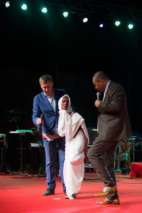 An elderly woman could not bend her leg because of injury for 15 years, and she has completely been healed today.