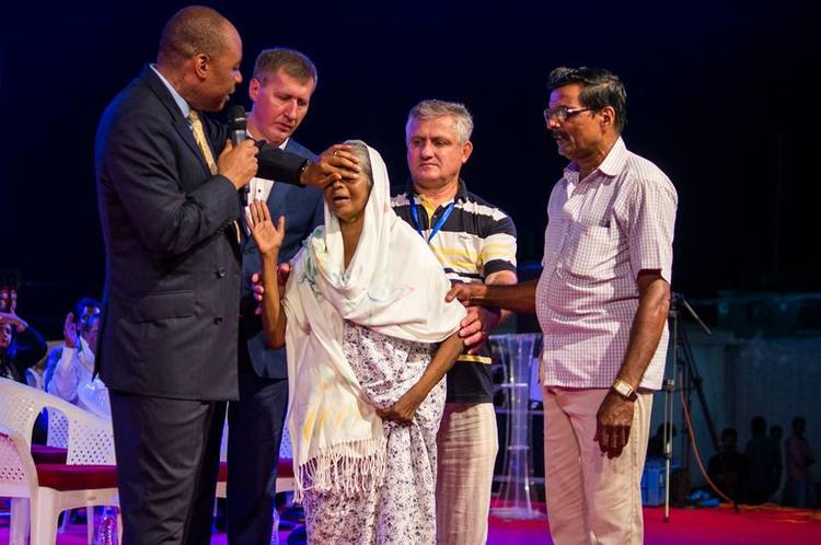 This woman had been blind for a year. God touched one of her eyes during the conference in the morning and the second eye in the evening service. Now she can fully see with her both eyes!