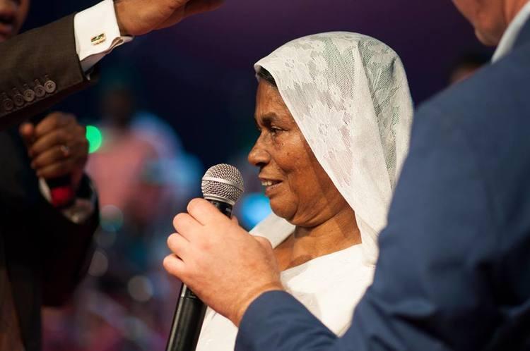 Эта женщина страдала от головной боли, пока она молилась она почувствовала прикосновение и боль ушла!