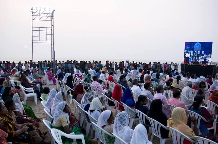 К вечернему служению пляж уже наполнился людьми и их было еще больше, чем в предыдущие два дня