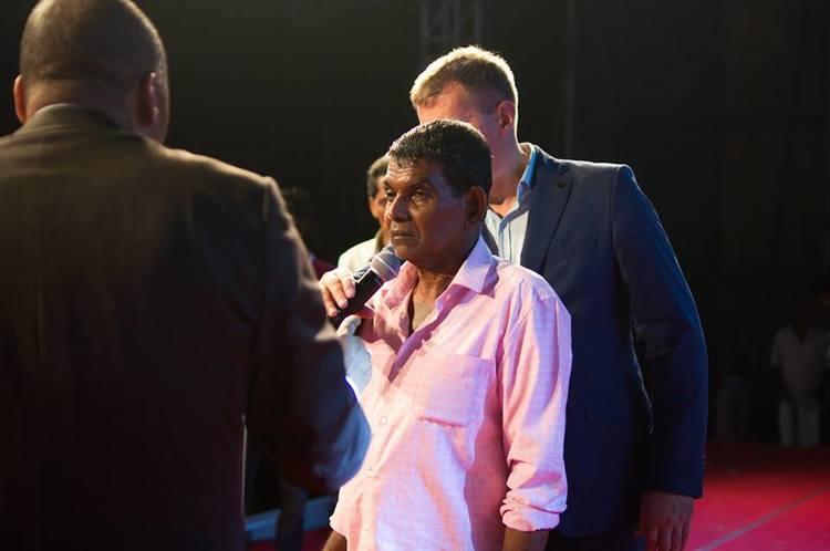 У этого мужчины больше чем 63 года был полиомиелит, во время молитвы Бог прикоснулся к нему, боль ушла и он получил исцеление