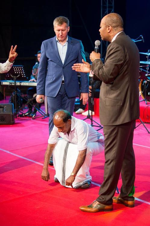 У этого мужчины была боль в коленях и он не мог приседать. Во время молитвы боль ушла!