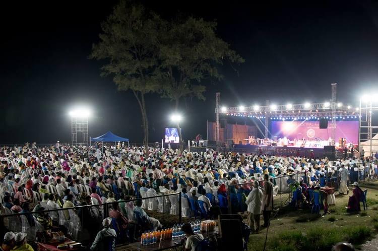 Множество людей, проходящих мимо места проведения Фестиваля, останавливались, чтобы услышать изменяющее жизнь послание.