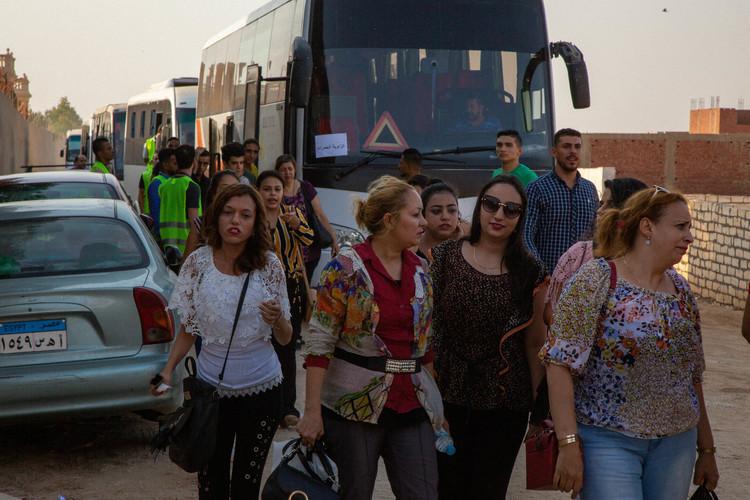Це були вихідні в Єгипті, і більшість людей не працювали. Щоб мати можливість прийняти більше людей, ми вирішили організувати два служіння замість одного, яке ми спочатку планували.