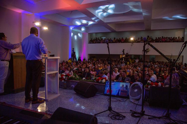 У другий день ми організували два однакових служіння в тій самій церкві, що і в попередній день, щоб прийняти більше людей.