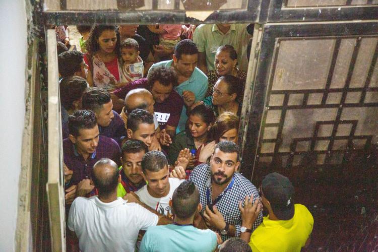 Люди були настільки спраглими, щоб почути про Ісуса, що намагалися знайти спосіб проникнути всередину церкви будь-якими способами.