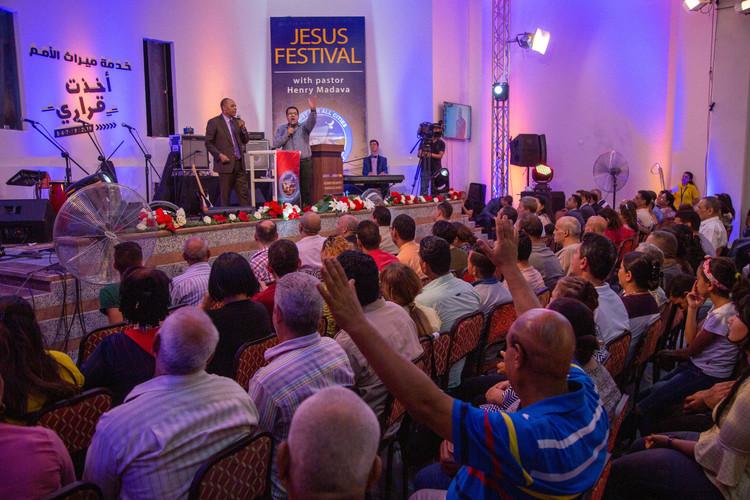 Закінчивши своє послання, пастор Генрі запросив тих людей, які хотіли прийняти Ісуса Христа як свого Спасителя, помолитися молитвою покаяння.