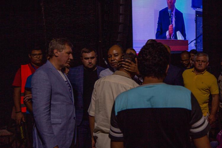 Перед вечірнім служінням пастор Генрі помолився за людей поза будівлею церкви з покладанням на них рук.