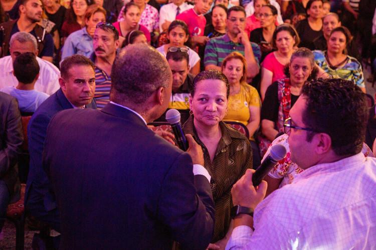 Люди почали отримувати свої чудеса прямо на своїх місцях, слухаючи проповідь пастора Генрі.