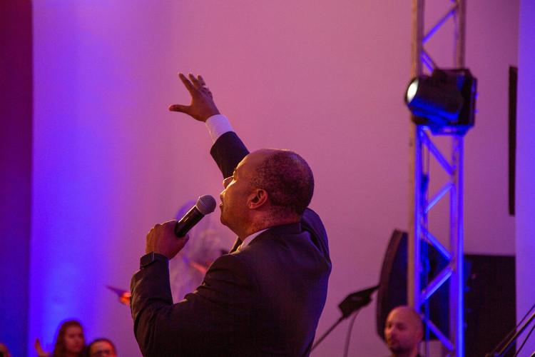 Пастор Генрі кликав до Бога, щоб Його сила торкнулася кожного.