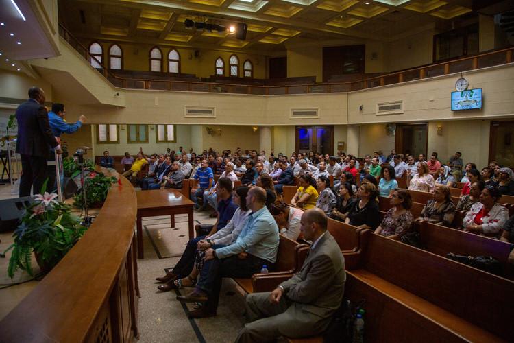 Пастори та лідери зібралися разом, щоб послухати вчення пастора Генрі. Пастор Генрі вчив їх про покликання від Бога і про Божу силу.