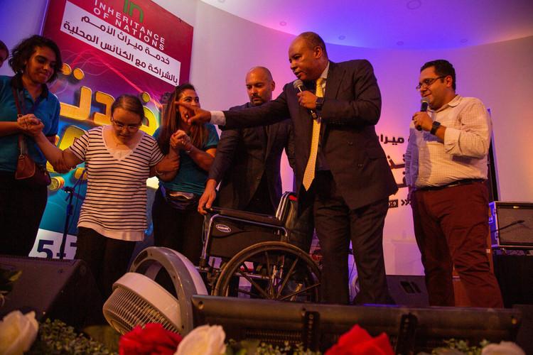 Ця жінка, яку привезли на зібрання на інвалідному візку (вона була паралізована від народження), отримала зцілення і пішла додому власними ногами. Це був перший раз в її житті!
