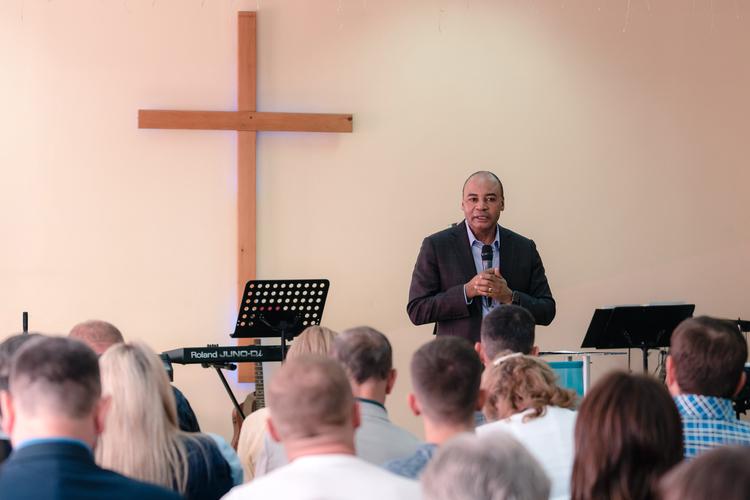 Пастор Генри учил пасторов не ограничивать Бога своим мышлением.