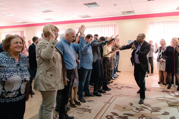 Пастор Генри помолился за каждого пастора, присутствующего на служении.