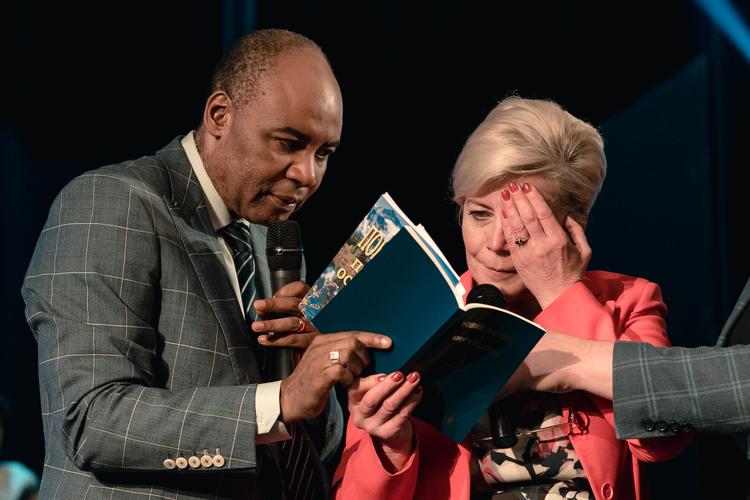 Женщина больше пяти лет не могла видеть правым глазом. После молитвы она открыла Новый Завет и смогла читать текст, который раньше не могла видеть!