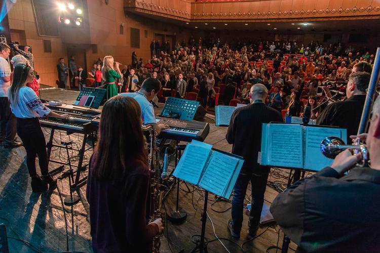 Служение началось с прославления и нескольких сольных выступлений.